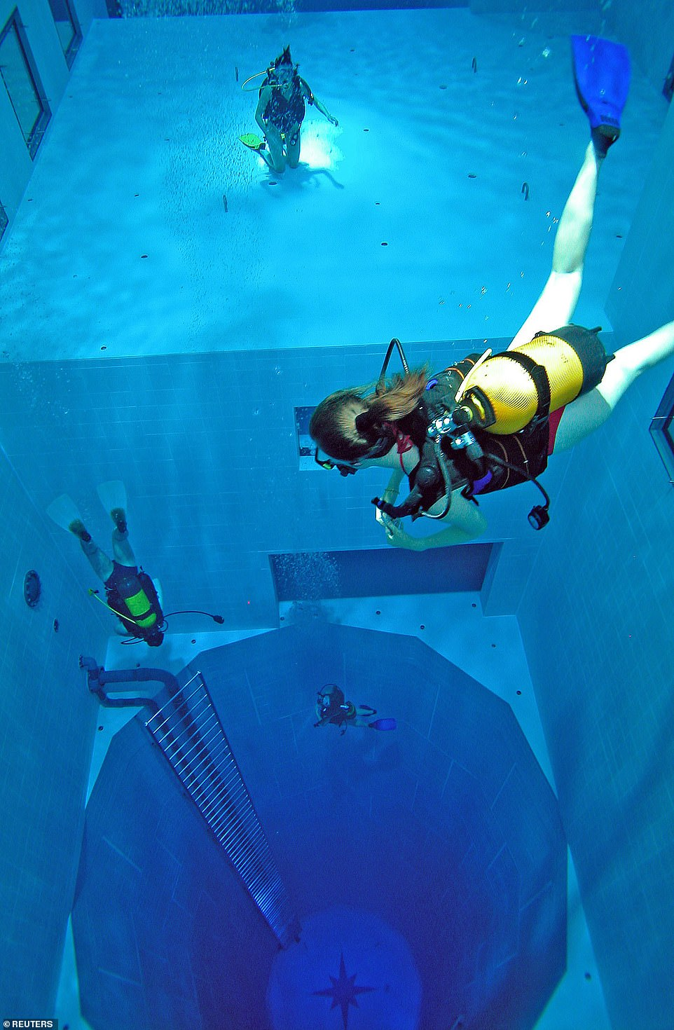 10707350-6782909-a_diver_swims_into_the_pool_at_nemo33_diving_centre_in_brussels_-a-16_1551978508222